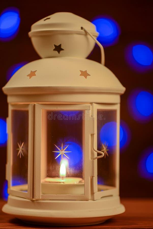 Bożenarodzeniowy lampion z płonącym świeczki tłem obraz stock
