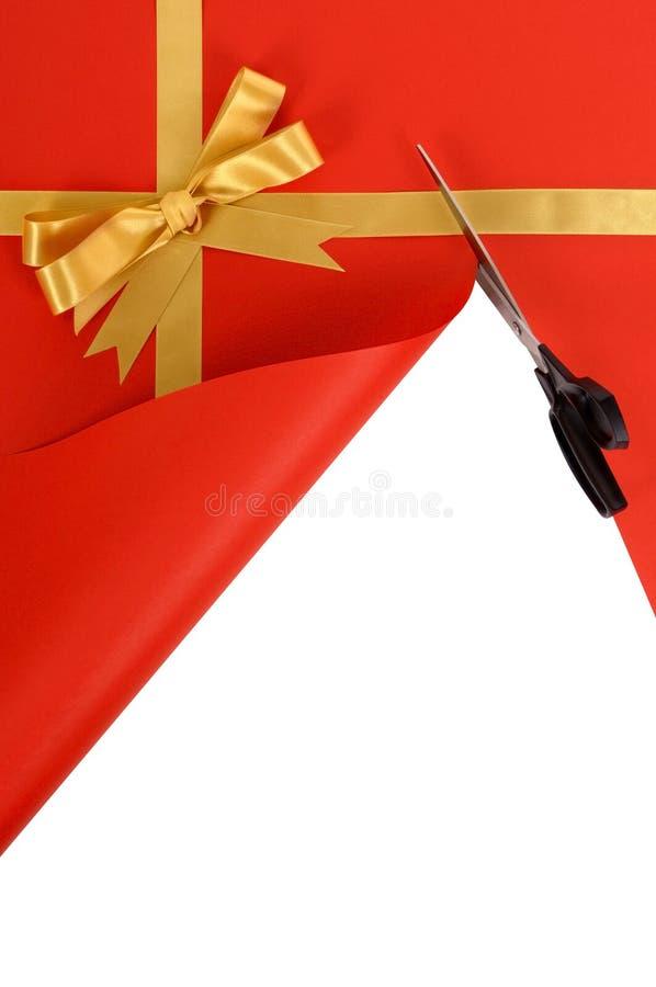 Bożenarodzeniowy lub urodzinowy prezent, złocisty tasiemkowy łęk, tło papier jest ciący otwarty z nożycami obrazy stock