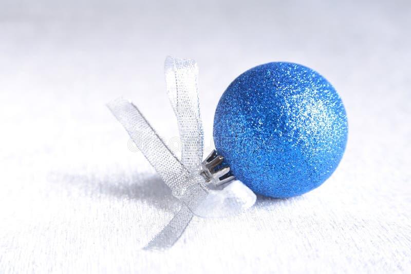Bożenarodzeniowy lub wakacyjny skład z błękita srebra piłkami na bałwaniastych piórkach z obraz stock
