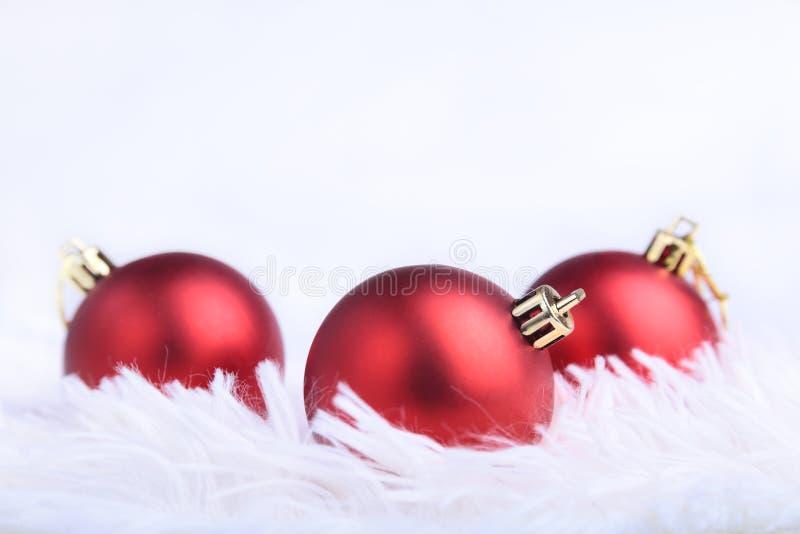 Bożenarodzeniowy lub wakacyjny skład z czerwieni srebra piłkami na bałwaniastych piórkach z zdjęcia stock