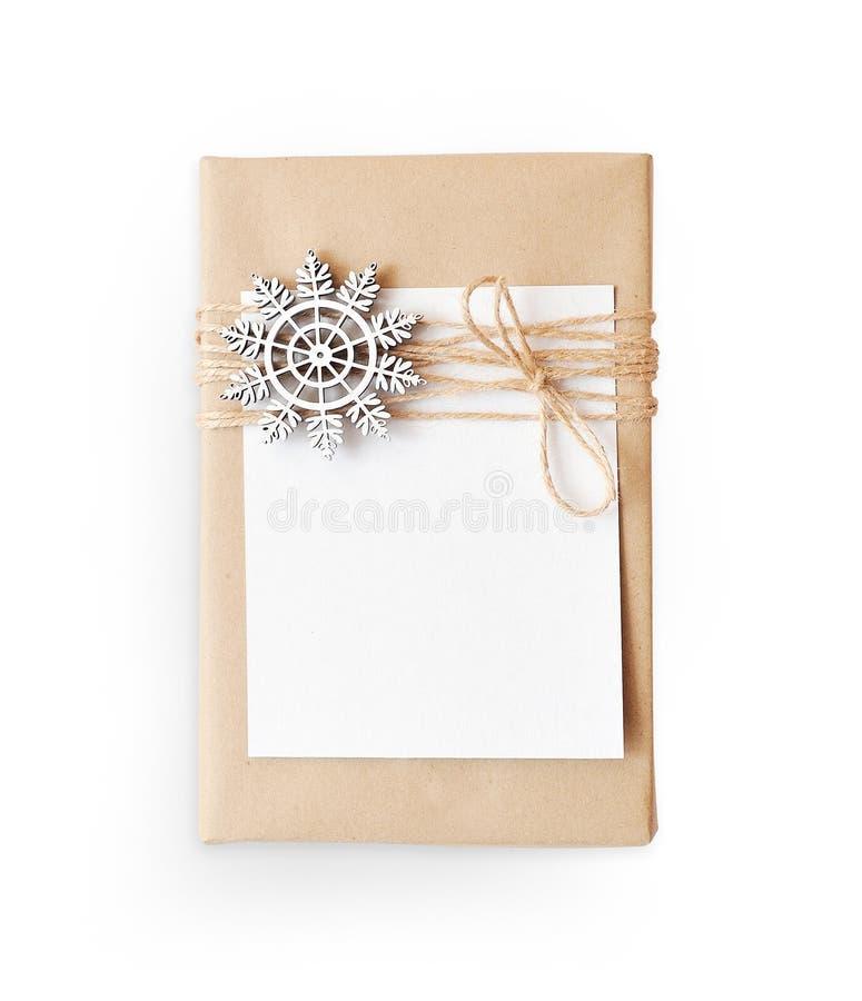 Bożenarodzeniowy mockup prezenta pudełko zawijający w brąz przetwarzającym papierowym i wiązanym workowym linowym odgórnym widoku fotografia stock
