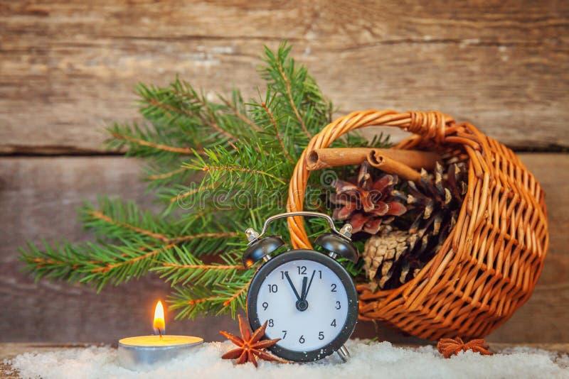 Bożenarodzeniowy nowego roku skład na starym podławym nieociosanym drewnianym tle zdjęcie stock