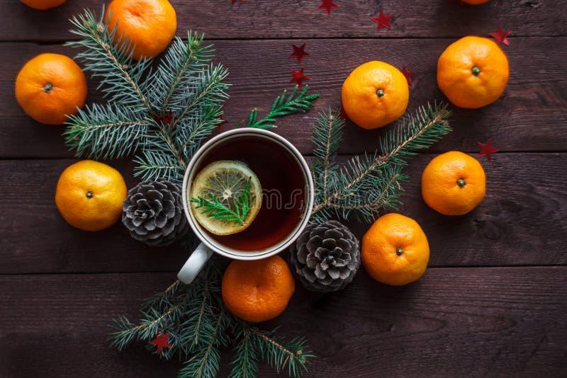 Bożenarodzeniowy nowego roku tło z tangerines, herbatą i cukierkami na stole, Zima wciąż Selekcyjna ostrość zdjęcie stock