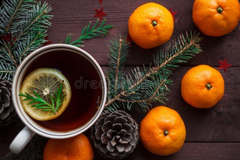 Bożenarodzeniowy nowego roku tło z tangerines, herbata z cytryną Zima wciąż Selekcyjna ostrość fotografia royalty free