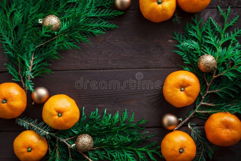 Bożenarodzeniowy nowego roku tło z tangerines i wiankiem jedlinowe gałąź Zima wciąż Selekcyjna ostrość kosmos kopii zdjęcia stock