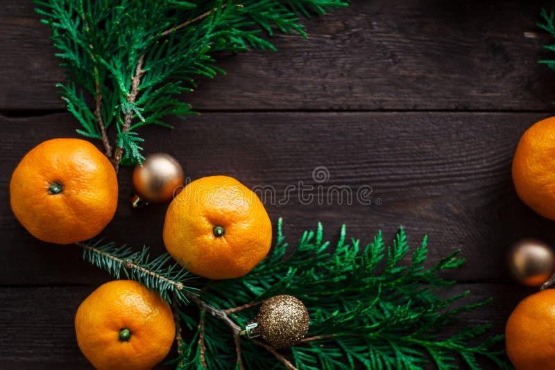 Bożenarodzeniowy nowego roku tło z tangerines i wiankiem jedlinowe gałąź Zima wciąż Selekcyjna ostrość kosmos kopii fotografia stock
