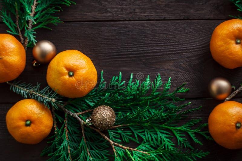 Bożenarodzeniowy nowego roku tło z tangerines i wiankiem jedlinowe gałąź Zima wciąż Selekcyjna ostrość kosmos kopii zdjęcie royalty free