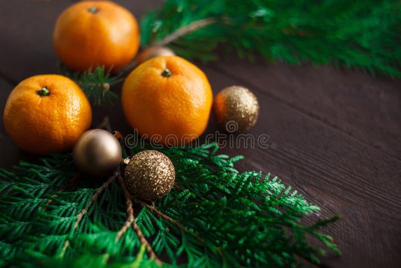Bożenarodzeniowy nowego roku tło z tangerines i wiankiem jedlinowe gałąź Zima wciąż Selekcyjna ostrość kosmos kopii zdjęcie stock