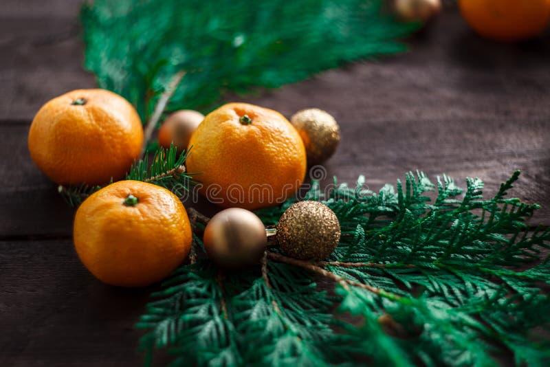 Bożenarodzeniowy nowego roku tło z tangerines i wiankiem jedlinowe gałąź Zima wciąż Selekcyjna ostrość kosmos kopii obraz royalty free