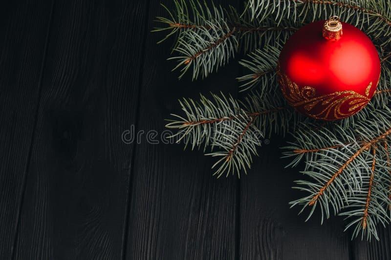 Bożenarodzeniowy nowy rok dekoraci skład Odgórny widok drzewo piłek i gałąź rama na drewnianym tle z miejscem dla twój obraz royalty free