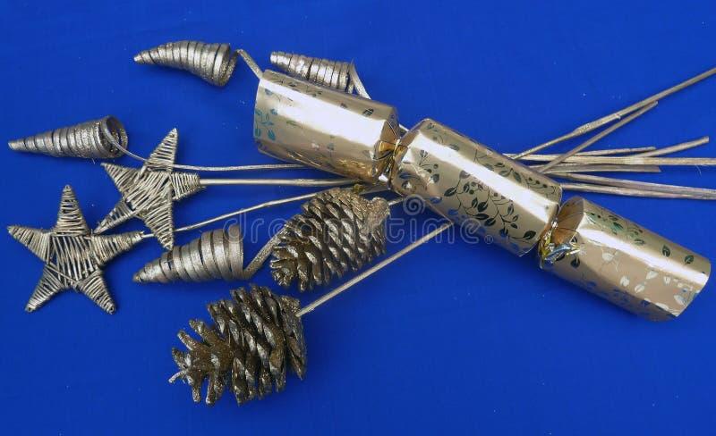Bożenarodzeniowy ornament dekoracji srebro na błękitnym tle zdjęcie stock