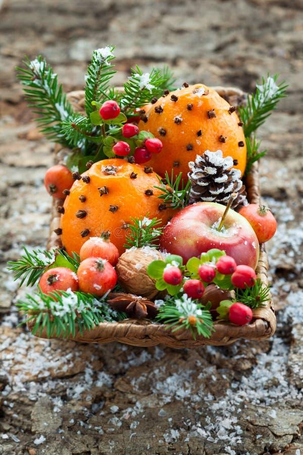 Bożenarodzeniowy owocowy kosz fotografia stock