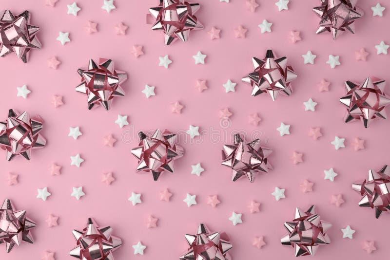 Bożenarodzeniowy płatek śniegu wzór z lizaków i cukierków cukierku mieszkaniem kłaść na różowym pastelowym tle Minimalny pojęcie zdjęcia royalty free