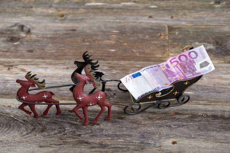 Bożenarodzeniowy parapet z pieniądze w reniferowym frachcie zdjęcie royalty free
