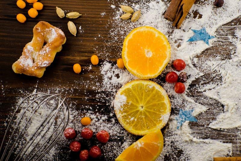 _ Bożenarodzeniowy pieczenie: jedlinowy drzewo robić od mąki na ciemnej desce, marznący berrys fotografia royalty free