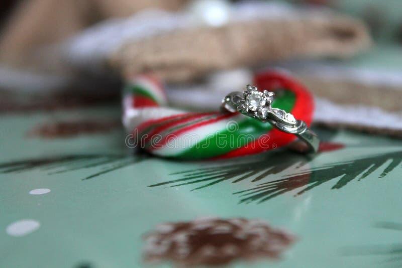 Bożenarodzeniowy pierścionek zaręczynowy obrazy stock