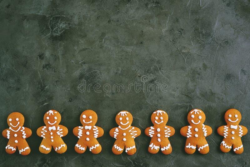 Bożenarodzeniowy piernikowy ciastko mężczyzna dekorujący z lodowaceniem zdjęcie royalty free