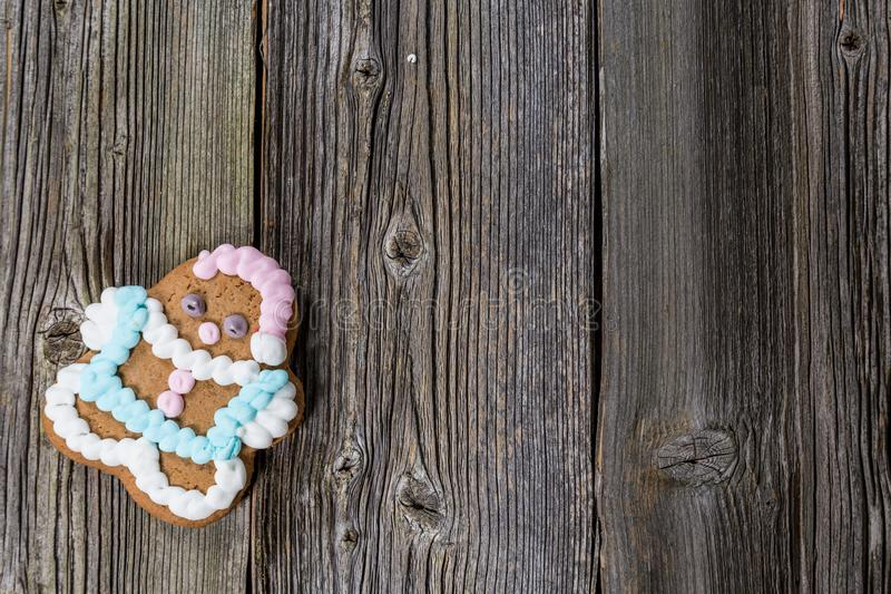 Bożenarodzeniowy Piernikowy ciastko na Drewnianym stole na Drewnianym stole zdjęcia stock