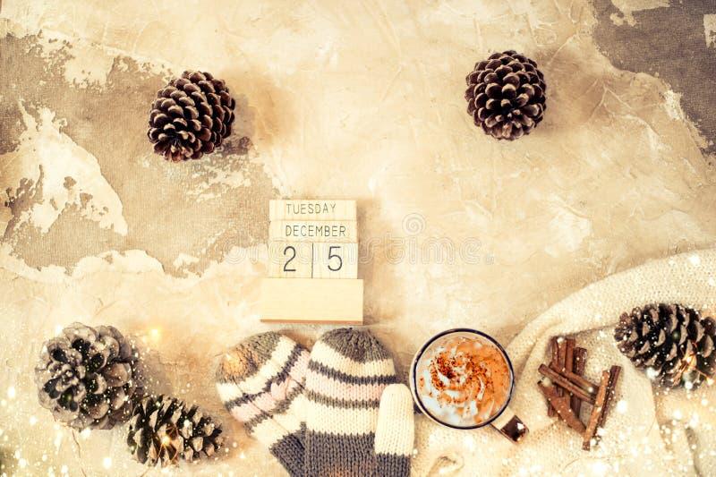 Bożenarodzeniowy pojęcia mieszkanie kłaść z zimą ciepłą odziewa, boże narodzenie dekoracje i kawowy napój na rocznika tle obrazy royalty free