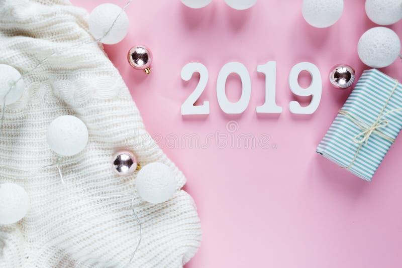 Bożenarodzeniowy pojęcia mieszkanie nieatutowy Ciepła, wygodna biała zimy odzież, 2019 numerowi i Bożenarodzeniowa dekoracji rama fotografia royalty free