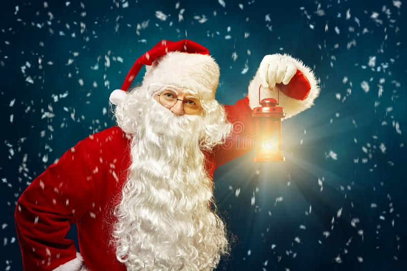 Bożenarodzeniowy pojęcie Święty Mikołaj z lampionem w jego ręce na b zdjęcie royalty free