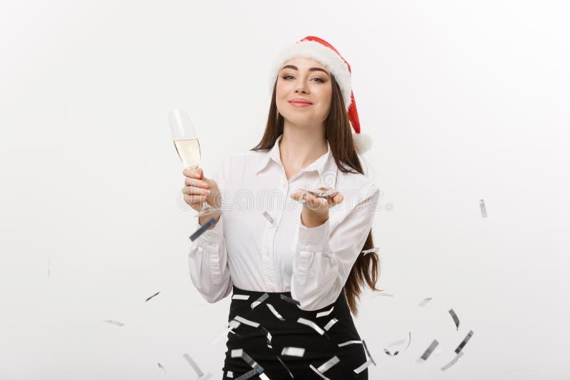Bożenarodzeniowy pojęcie młody biznesowej kobiety mienia szampan i podmuchowy confetti - obrazy royalty free