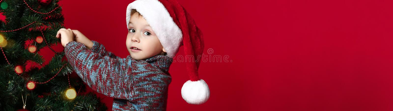 Bożenarodzeniowy pojęcie nowy rok, dziecko ubiera w górę choinki Dzieciaków i bożych narodzeń zabawki zdjęcie royalty free