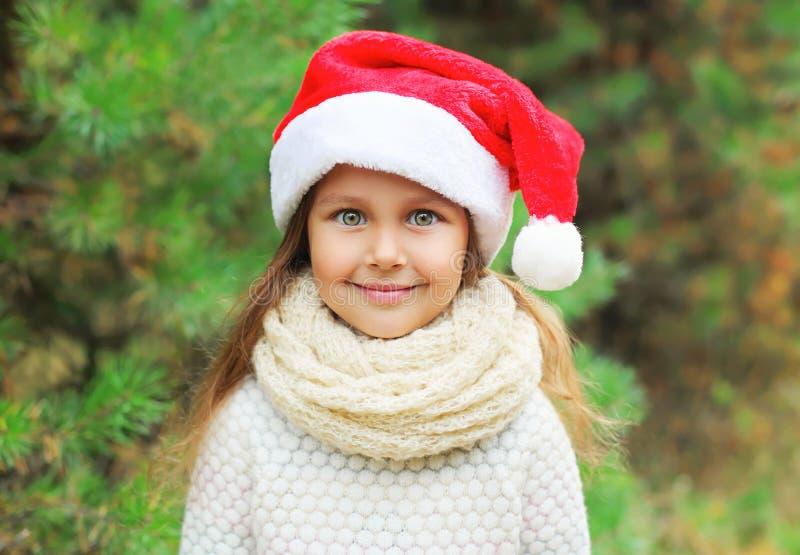 Bożenarodzeniowy pojęcie - portret małej dziewczynki dziecko w Santa czerwieni kapeluszu obrazy royalty free