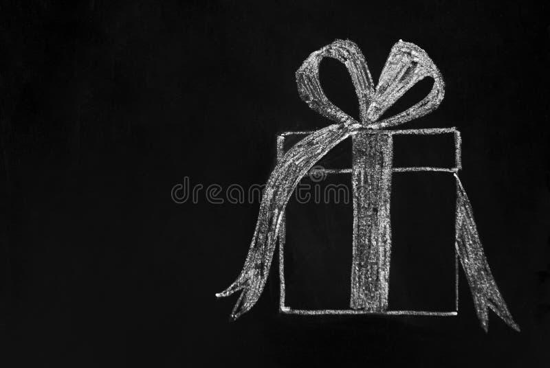 Bożenarodzeniowy pojęcie Prezenta pudełko rysujący z biel kredą na blackboard kosmos kopii obrazy stock