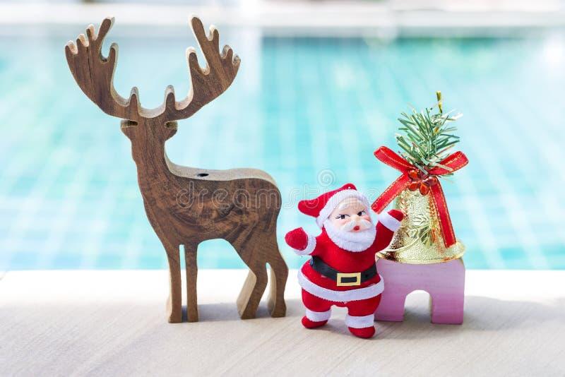 Bożenarodzeniowy pojęcie, Santa Claus z drewnianym reniferem z złotym dzwonem fotografia royalty free