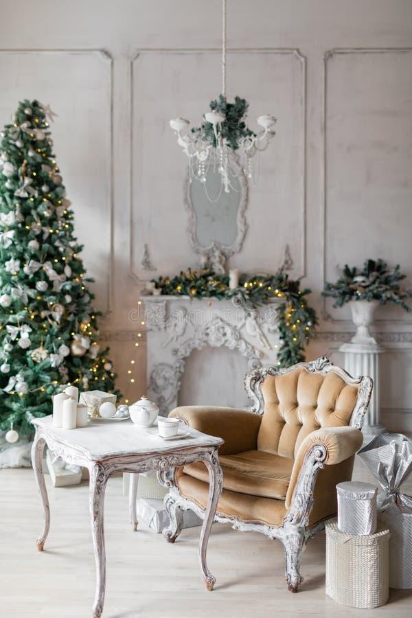 Bożenarodzeniowy pokój z dekorującym drewnianym stołem i krzesłem obrazy royalty free