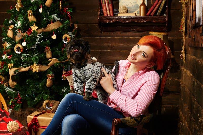 Bożenarodzeniowy portraite czerwona włosiana dziewczyna i jej pies fotografia royalty free