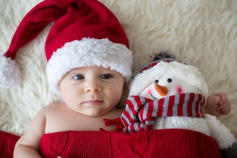 Bożenarodzeniowy portret śliczna mała nowonarodzona chłopiec, być ubranym sant zdjęcie stock