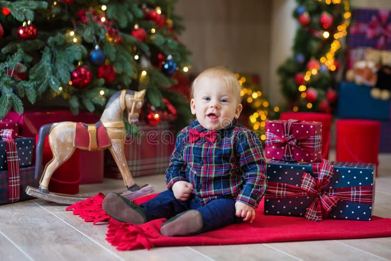 Bożenarodzeniowy portret śliczna mała nowonarodzona chłopiec, ubierający w bożych narodzeń ubraniach i być ubranym Santa kapelusz obraz stock