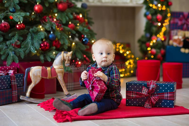Bożenarodzeniowy portret śliczna mała nowonarodzona chłopiec, ubierający w bożych narodzeń ubraniach i być ubranym Santa kapelusz fotografia royalty free