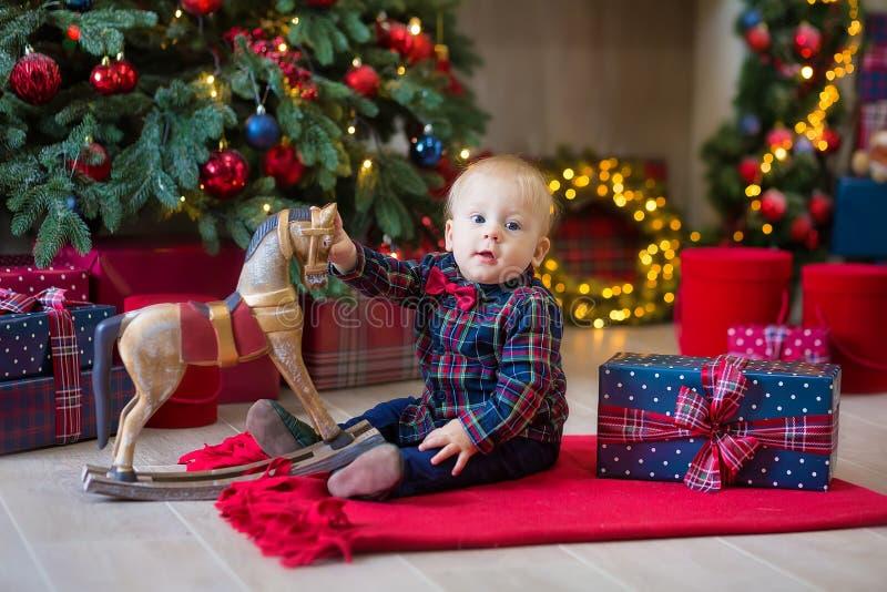 Bożenarodzeniowy portret śliczna mała nowonarodzona chłopiec, ubierający w bożych narodzeń ubraniach i być ubranym Santa kapelusz zdjęcia stock