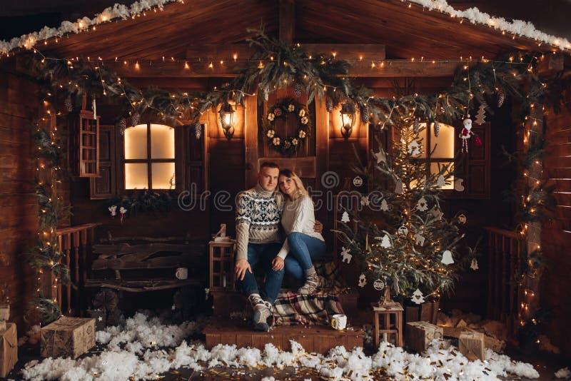 Bożenarodzeniowy portret romantyczna para piękny dom zdjęcie stock