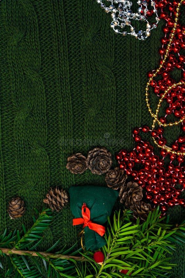 Bożenarodzeniowy prezent dekorujący z zieleni gałąź, sosna rożek, prezent torba Xmas lub nowego roku zielony tło, Wesoło bożych n zdjęcia stock