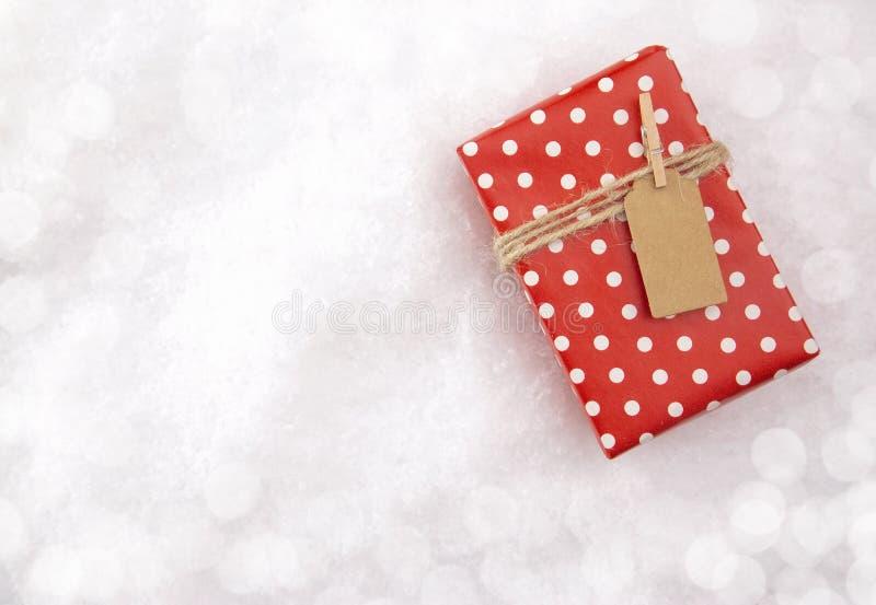 Bożenarodzeniowy prezent na łóżku Świeży śnieg zdjęcia stock