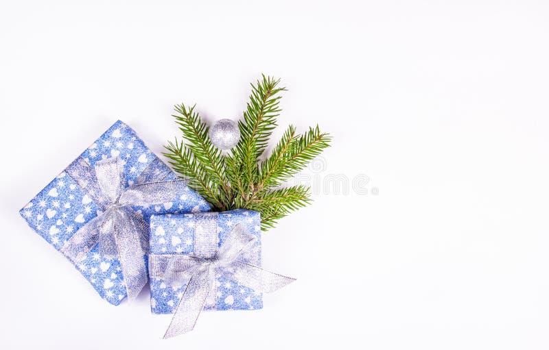 Bożenarodzeniowy prezent na białym tle z świerczyny gałąź Błyszczący prezentów pudełka na białym tle zdjęcia stock