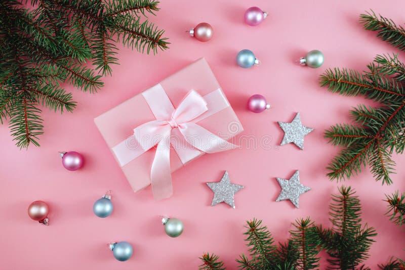 Bożenarodzeniowy prezent, trykotowa koc, sosna konusuje, jodła rozgałęzia się na różowym tle Mieszkanie nieatutowy, odgórny widok obrazy stock