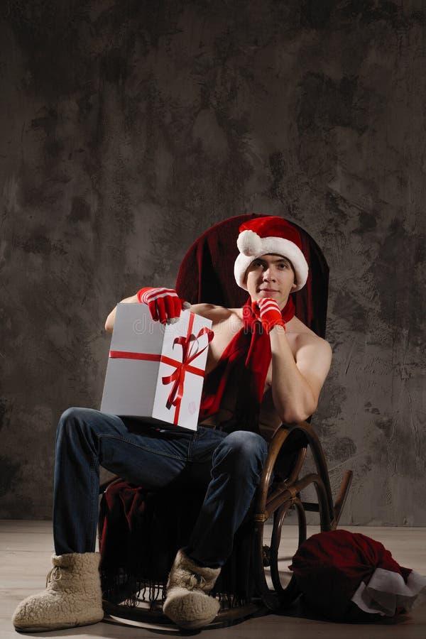 Bożenarodzeniowy prezenta pojęcie Mężczyzna w Santa kapeluszu przynosi prezent dla ciebie Att zdjęcie royalty free