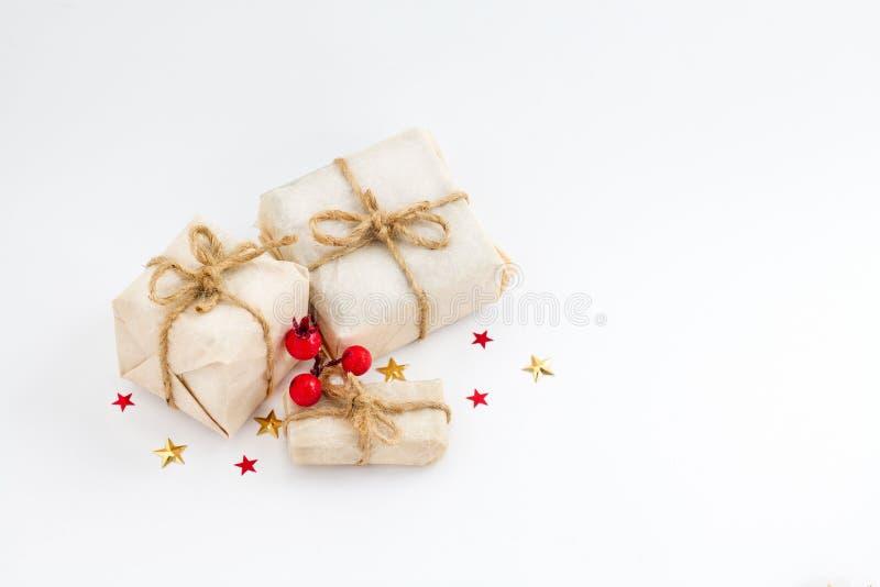 Bożenarodzeniowy prezenta pudełko gra główna rolę i jemioła na białym backgroundagainst wakacje kartka z pozdrowieniami zdjęcia stock