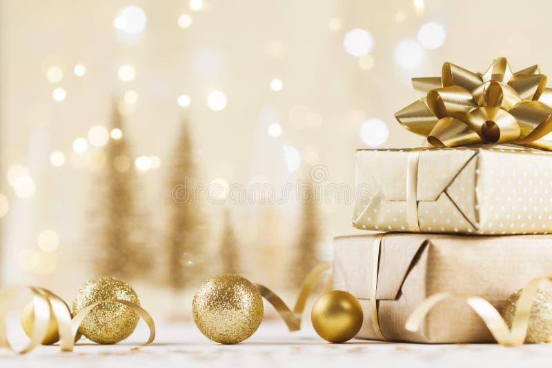 Bożenarodzeniowy prezenta pudełko przeciw złotemu bokeh tłu 3d amerykanina karty kolorów wybuchu flaga powitania wakacje pisze li zdjęcia stock