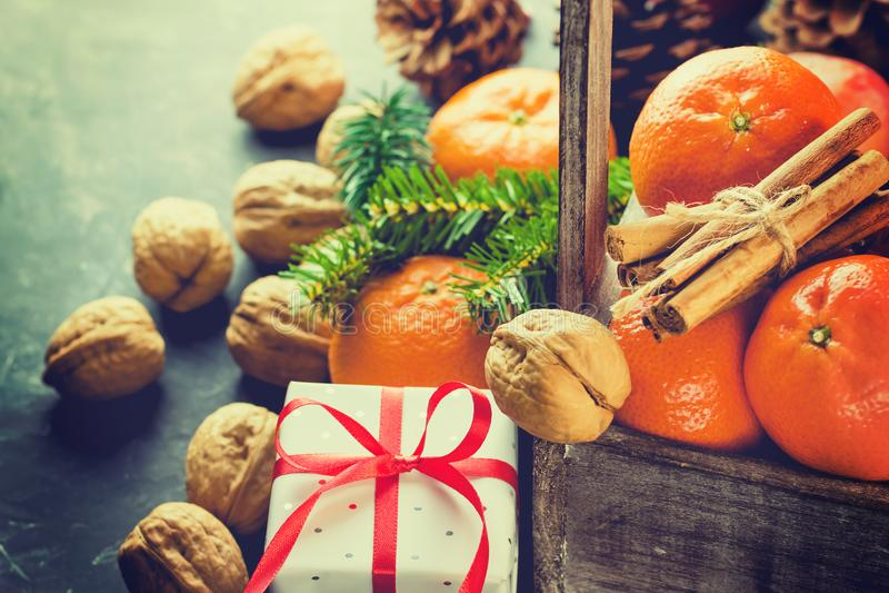 Bożenarodzeniowy prezenta pudełko z Czerwonych Jedwabniczych Tasiemkowych Tangerines Cynamonowych kijów Jedlinowych gałąź rożków  fotografia stock