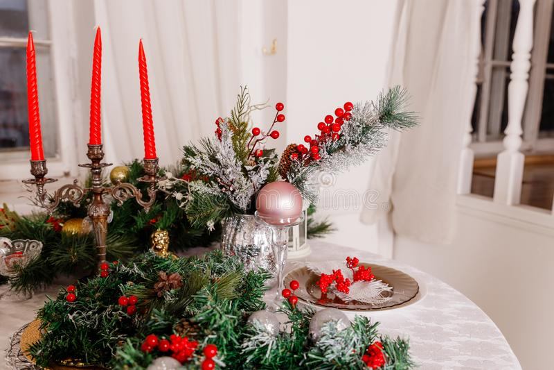 Bożenarodzeniowy Rodzinny Obiadowego stołu pojęcie Stołowy położenie dla nowego roku gościa restauracji dekoracje, świeczki i lam obraz royalty free