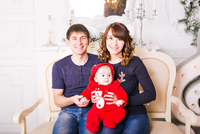 Bożenarodzeniowy Rodzinny portret W Domowym Wakacyjnym utrzymaniu zdjęcia royalty free