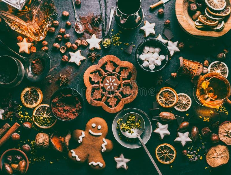 Bożenarodzeniowy słodki jedzenie z składnikami: dokrętki, wysuszone owoc, pikantność, łamająca czekolada, ciastka, miodownik, cac obraz royalty free