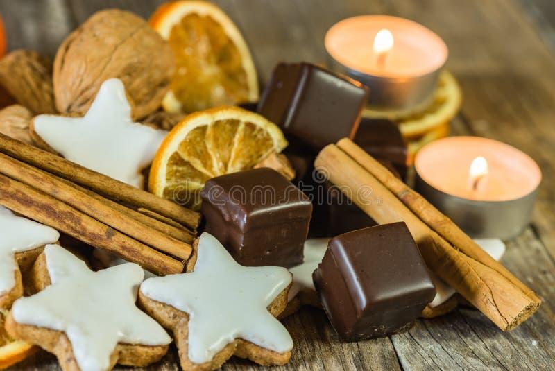 Bożenarodzeniowy słodki karmowy skład na drewnianym stole fotografia royalty free