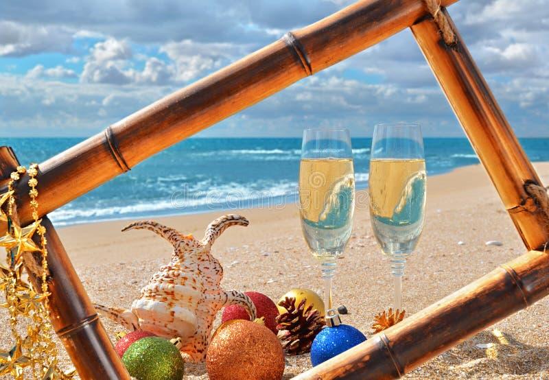 Bożenarodzeniowy seascape w bambusa ramie na plaży obrazy royalty free